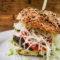 200gHovězí burger se strouhaným sýrem a americkou majonézou, smaženými hranolky a salátkem coleslaw
