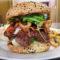 200g Jalapenos Burger s křupavou slaninou, gorgonzolou a smaženou cibulkou, smaženými hranolky a salátkem coleslaw